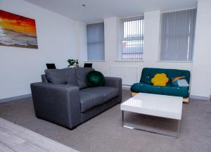 A seating area at Cosy Executive City Apartment 2