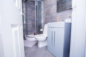 A bathroom at Cosy Executive City Apartment 2