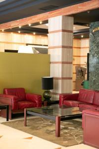 A seating area at Hotel Sercotel Ciudad de Oviedo
