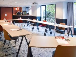 The business area and/or conference room at Ibis Paris Tour Eiffel Cambronne 15ème
