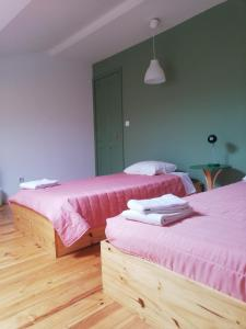 A bed or beds in a room at A-Típica GuestHouse