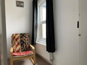 A seating area at CV21 3SG Self-Serviced Whole 2 Bedroom Mid-Terrace House Near Rugby Station with Self Check-In