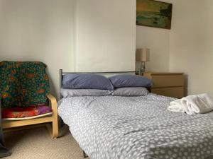 A bed or beds in a room at CV21 3SG Self-Serviced Whole 2 Bedroom Mid-Terrace House Near Rugby Station with Self Check-In