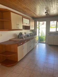 A kitchen or kitchenette at Jolie Villa avec Jardin Proche Plage