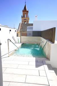 Der Swimmingpool an oder in der Nähe von Hotel Amadeus Sevilla