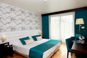 A bed or beds in a room at Hotel Vale Do Navio