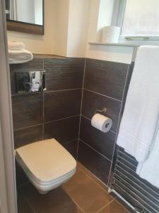 A bathroom at Oak Chalet Country Hideaway In Hitchin