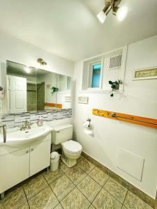 A bathroom at Auberge Le Lupin B&B