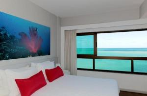A bed or beds in a room at Hotel Ponta Verde Maceió