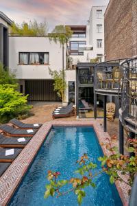 Het zwembad bij of vlak bij Le Berger Hotel