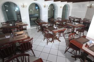 Um restaurante ou outro lugar para comer em Hotel Modena - São José dos Campos