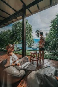 Ein Blick auf den Pool von der Unterkunft To The Sea The Resort Koh Kood oder aus der Nähe