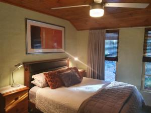 A bed or beds in a room at Little Para Cottage