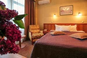 Ein Bett oder Betten in einem Zimmer der Unterkunft Dnipro Hotel