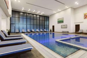 Бассейн в Ramada Hotel & Suites by Wyndham Ajman или поблизости