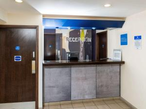 The lobby or reception area at ibis budget Burton Upon Trent Central