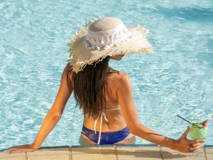 Het zwembad bij of vlak bij St Raphael Resort