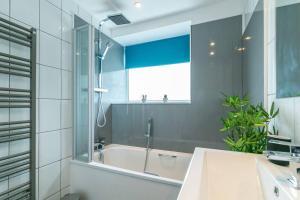 A bathroom at St Albans City Apartment