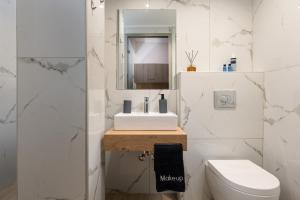 A bathroom at Epohikon Studios