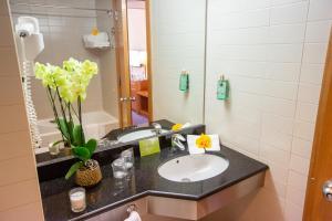 A bathroom at My Story Hotel Vila Nova