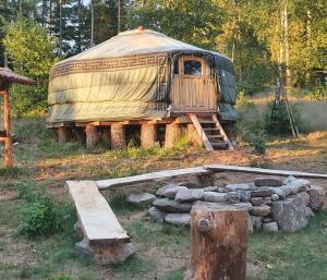 En trädgård utanför Vittfarnas Vikingagård