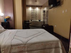 A bed or beds in a room at HOSTAL EL REY