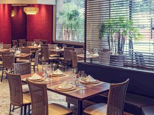 Um restaurante ou outro lugar para comer em Mercure Joinville Prinz
