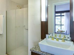 Um banheiro em Mercure Joinville Prinz