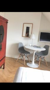 A television and/or entertainment centre at Alberti Bed & Bike
