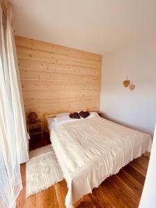 Łóżko lub łóżka w pokoju w obiekcie ROZTOKI Four Seasons