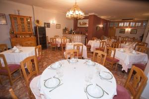 A restaurant or other place to eat at Hostal Miguel y Juani