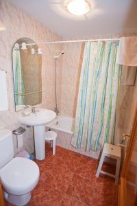 A bathroom at Hostal Miguel y Juani