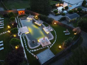 Ein Blick auf den Pool von der Unterkunft Hotel Seppl oder aus der Nähe