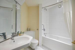 A bathroom at Hilton Northampton Hotel