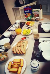 Breakfast options available to guests at Haute Perche