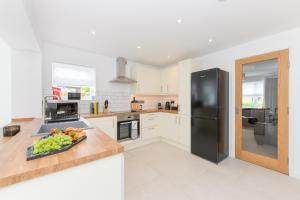 A kitchen or kitchenette at Mickleborough House - Modern, Warm and Classy 3 Bedroom in West Bridgford
