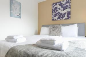 A bed or beds in a room at Mickleborough House - Modern, Warm and Classy 3 Bedroom in West Bridgford