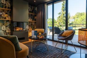 Ein Sitzbereich in der Unterkunft Hotel De La Pommeraie