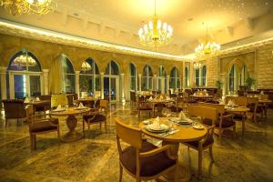 A restaurant or other place to eat at Grand Millennium Sulaimani