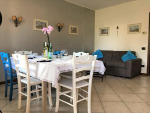 A restaurant or other place to eat at FUTURA HOME a 4Km dall'aeroporto di ORIO AL SERIO, BERGAMO BGY