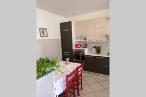A kitchen or kitchenette at FUTURA HOME a 4Km dall'aeroporto di ORIO AL SERIO, BERGAMO BGY