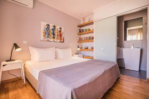 A bed or beds in a room at Buganvilias Do Meco Guest house