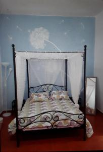 A bed or beds in a room at Alma Libre B&B