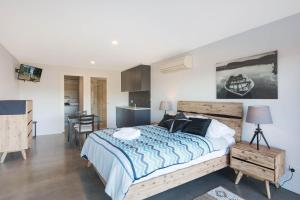 A bed or beds in a room at Kingfisher Retreat @ Eden Cove