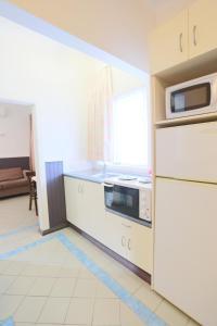 A kitchen or kitchenette at The Esplanade Motel