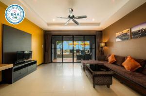 Гостиная зона в Kamala Beachfront Apartment