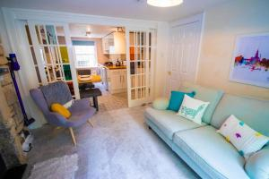 A seating area at Beautiful maisonette with garden and parking