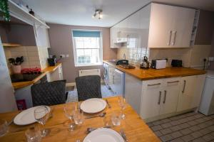 A kitchen or kitchenette at Beautiful maisonette with garden and parking