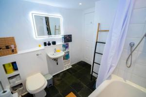 A bathroom at Beautiful maisonette with garden and parking