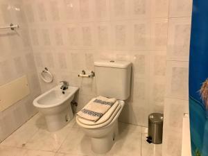A bathroom at Rei Apartment